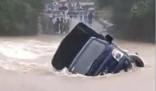 Chết máy giữa cầu, xe tải bị dòng nước lũ cuốn trôi