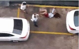 Đang bế con nhỏ trên tay, người chồng vẫn đấm đá vợ dã man giữa đường