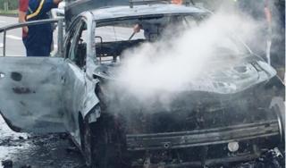Đang lưu thông, ô tô bất ngờ cháy rụi trên cao tốc