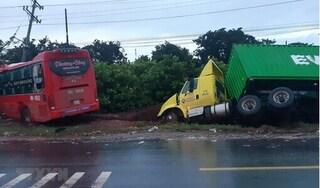 Xe khách vượt ẩu tông xe tải ngược chiều, 1 tài xế tử vong