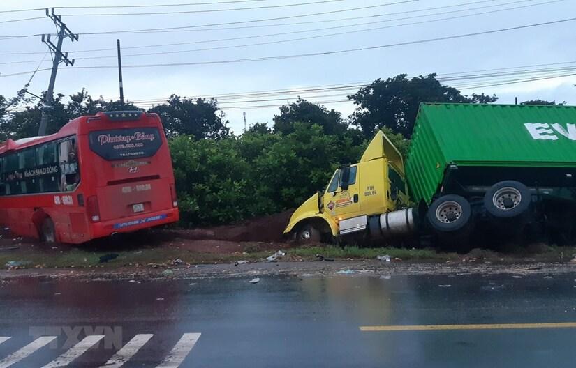 Xe khách tông liên hoàn xe tải và container, 4 người thương vong