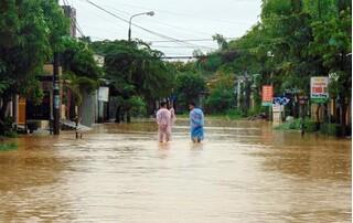Tranh thủ dọn nhà khi nước lũ rút, 2 mẹ con bị điện giật tử vong