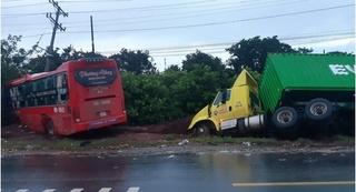 Tin tức tai nạn giao thông ngày 12/10: Xe khách tông xe tải và xe đầu kéo, 1 người tử vong