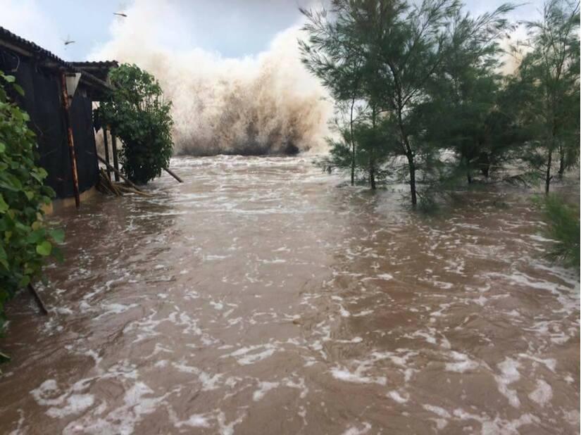 Xót xa hình ảnh người dân miền Trung oằn mình trong bão lũ