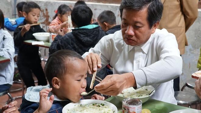 Ông Đoàn Ngọc Hải tài trợ 170 tô phở gà đãi các học sinh tiểu học ăn sáng