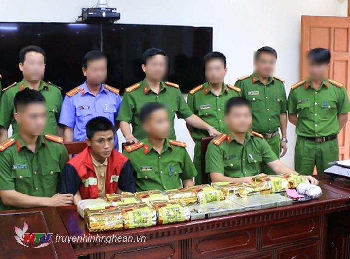 Nghệ An bắt quả tang đối tượng vận chuyển 13kg ma túy đá, 50 viên ma túy tổng hợp
