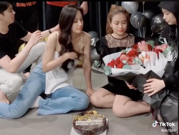 Fan rần rần khi Noo Phước Thịnh chủ động kéo lại dây áo cho Mai Phương Thúy, Gil Lê ngọt ngào tặng hoa Hoàng Thuỳ Linh