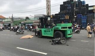 Người đàn ông đi xe máy bị xe nâng cuốn vào gầm tử vong tại chỗ