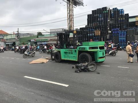 Xe nâng tông xe máy, kéo lê người đàn ông tử vong tại chỗ