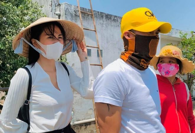 Thủy Tiên kêu gọi được hơn 2 tỷ đồng giúp người dân miền Trung chống lũ