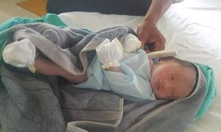 Một công an xã nhận nuôi bé trai bị bỏ rơi trong túi ni lông