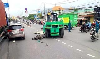 Tin tức tai nạn giao thông ngày 13/10: Xe nâng kéo lê xe máy khiến 1 người tử vong