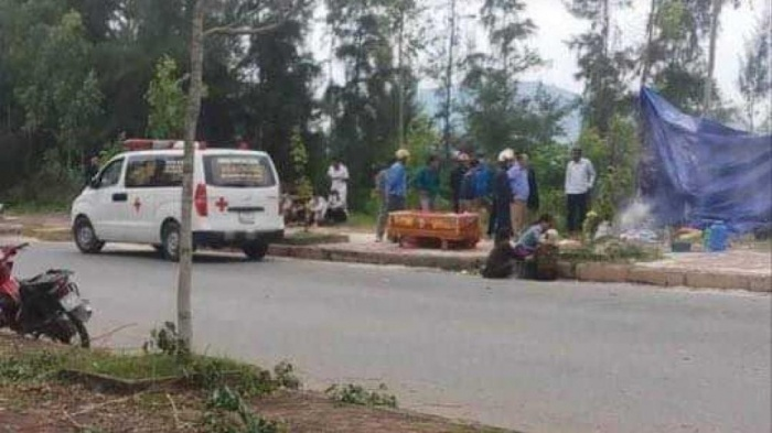 Người thân tới đưa thi thể nạn nhân về mai táng