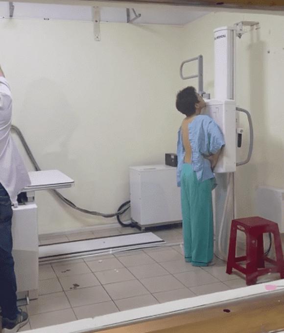 Miko Lan Trinh túc trực trong phòng mổ 2 tiếng chờ bạn trai phẫu thuật cắt ngực