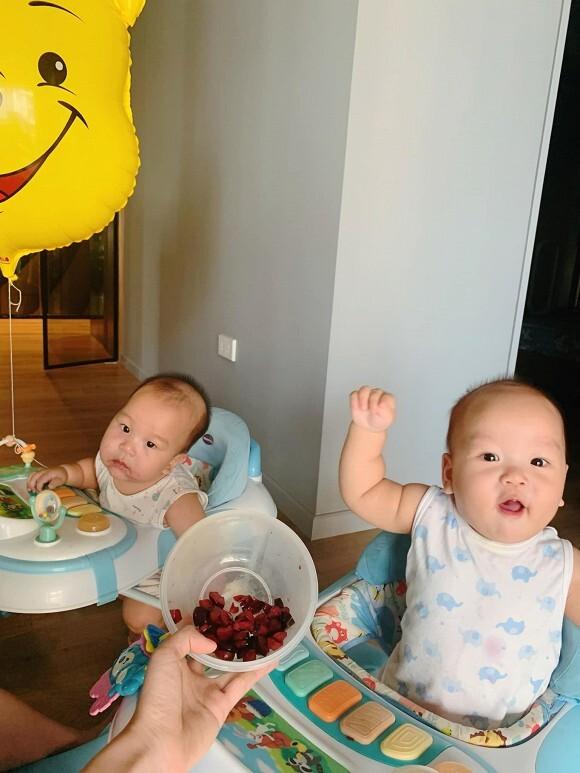 Vợ MC Thành Trung khoe góc học tập của cặp song sinh từ 3 tháng tuổi