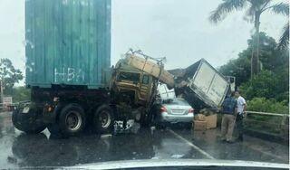 Tai nạn liên hoàn trên quốc lộ 18, 3 xe ô tô nát bét