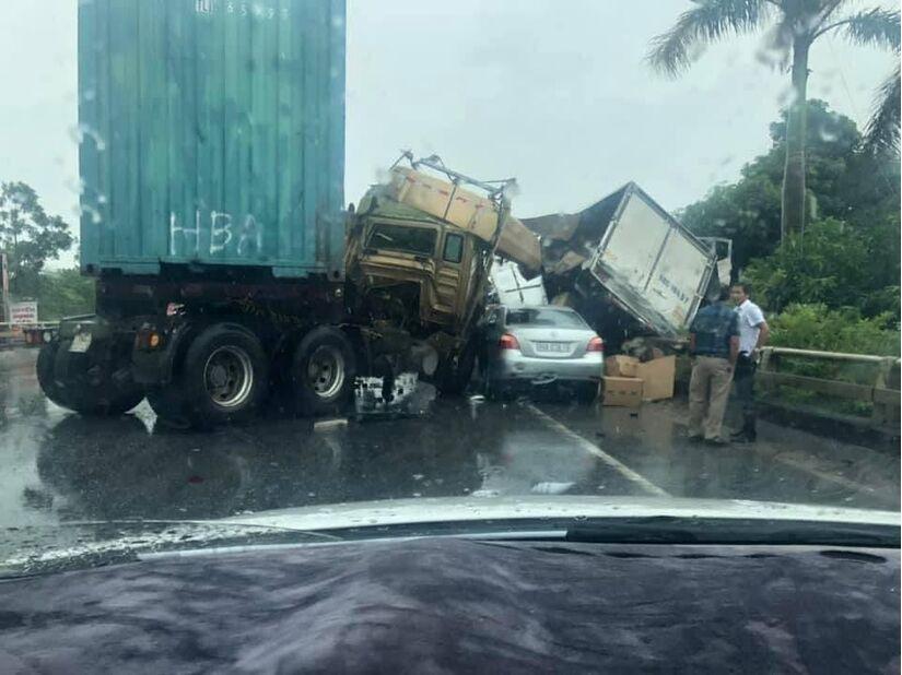 Tai nạn liên hoàn trên quốc lộ 18, 3 ô tô nát bét