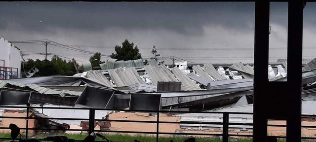 Giông lốc kinh hoàng làm sập và tốc mái tôn hàng loạt nhà xưởng khu công nghiệp ở Tiền Giang