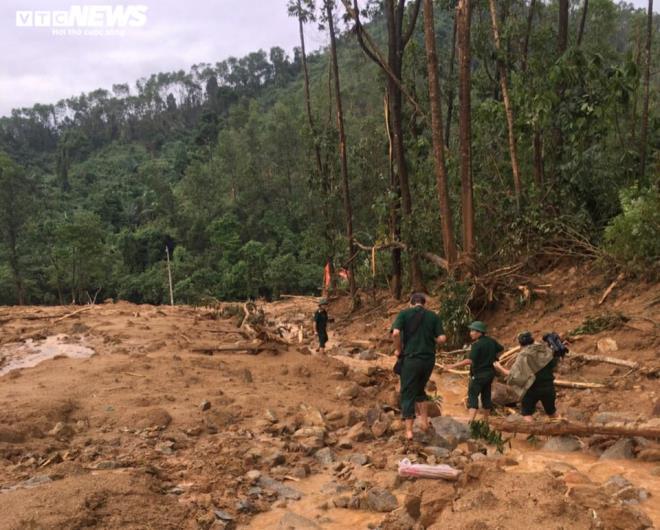 Huy động gần 1.000 người tìm kiếm các nạn nhân mất tích trong vụ sạt lở thủy điện Rào Trăng 3