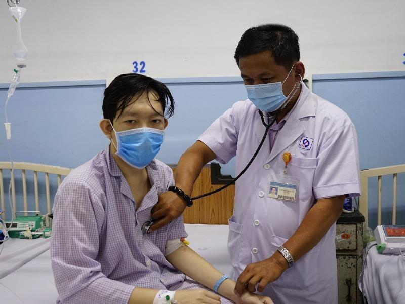 Đi khám vì đi vệ sinh ra máu ồ ạt, nam thanh niên phát hiện bệnh lạ cực nguy hiểm