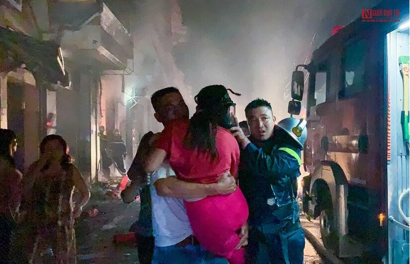 Hà Nội: Cháy do rò rỉ khí gas, nhiều người mắc kẹt được giải cứu