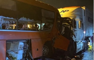 Xe khách tông trực diện xe đầu kéo, 19 người thương vong