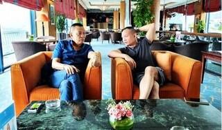 Hiếm hoi chung khung hình cùng con trai, biểu cảm của nhà báo Lại Văn Sâm gây chú ý