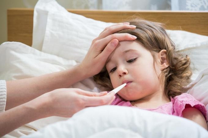 Bé gái sốt nhiều ngày không dứt do chiếc kim khâu nằm trong cơ thể