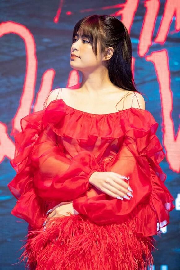 Hoàng Thùy Linh đưa ra quan điểm về mẹ đơn thân