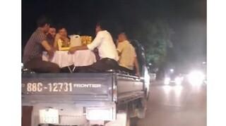 Phạt tiền, tước GPLX tài xế chở người trên thùng xe đi ăn cỗ