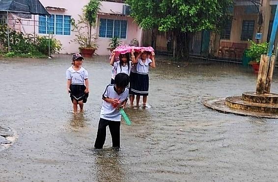 Hàng chục trường học ở Kiên Giang phải cho học sinh nghỉ học vì bị ngập