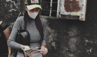 Trên đường đi cứu trợ vùng lũ, Thủy Tiên trích 'nóng' 10 triệu tặng hai cụ già bị tai biến