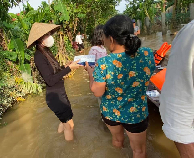 Thủy Tiên trích 'nóng' 10 triệu đồng quyên tặng đôi vợ chồng già tai biến bị nước chia cắt ở Huế