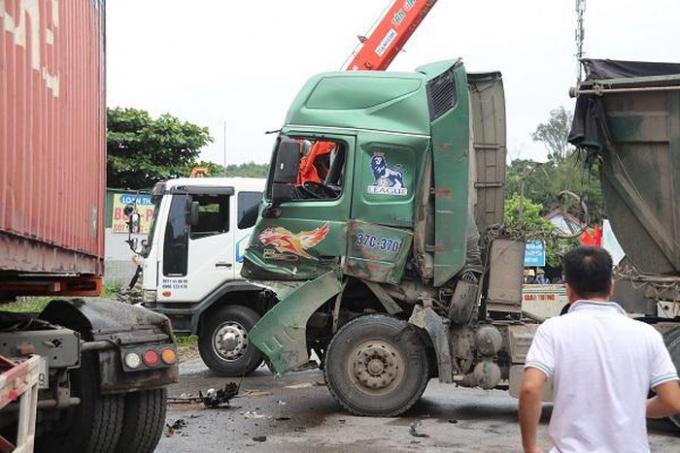 Hà Tĩnh: 2 xe biến dạng sau cú đối đầu giữa container và xe tải