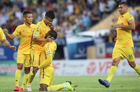 Nam Định sáng cửa trụ hạng V.League sau chiến thắng tối thiểu 1-0 trước SHB Đà Nẵng