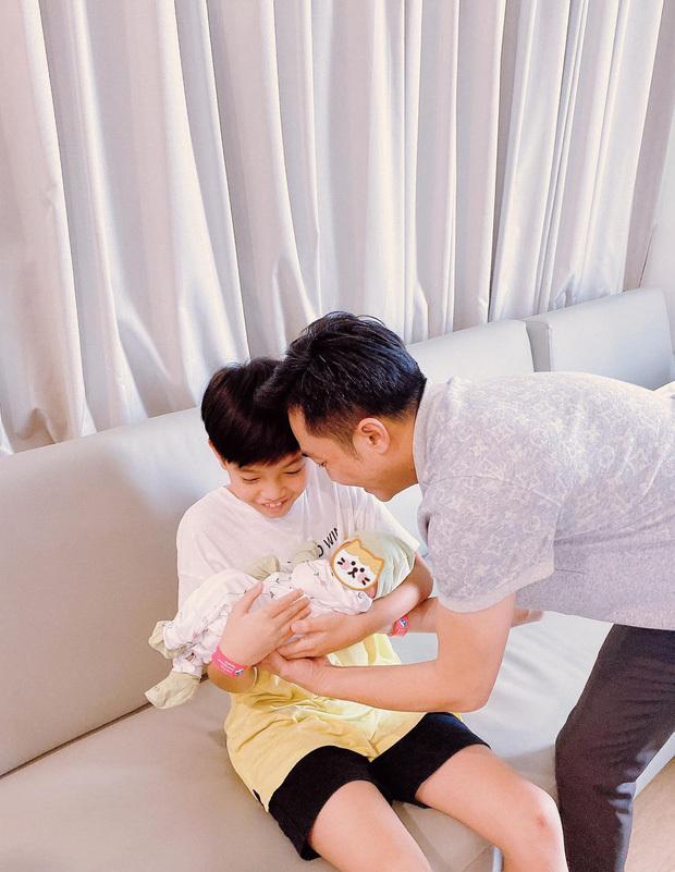 Cường Đô La hạnh phúc khoe khoảnh khắc Subeo chăm em gái cực khéo