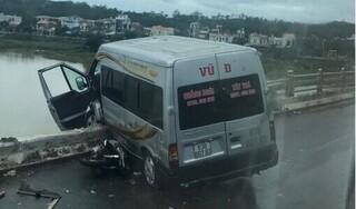 Xe khách nằm vắt vẻo trên thành cầu sau tai nạn liên hoàn