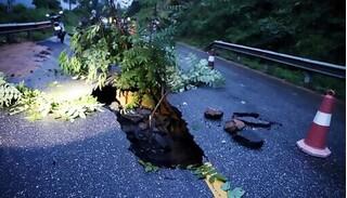 Quảng Ninh: Xuất hiện hố 'tử thần' trên quốc lộ 18C