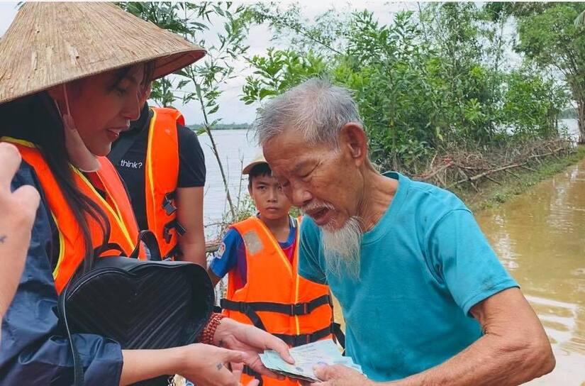 Thực hư về phần quà được cho là của Thủy Tiên hỗ trợ người dân vùng lũ miền Trung