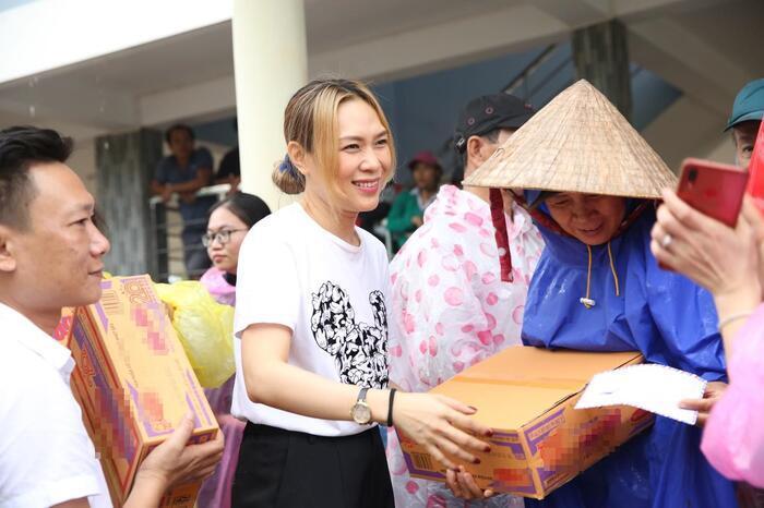Mỹ Tâm âm thầm trực tiếp tới cứu trợ tại vùng lũ Quảng Nam