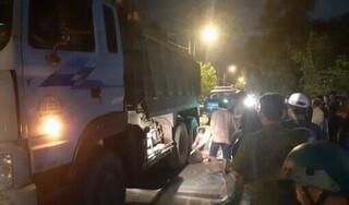 Tránh ổ gà, thanh niên ngã ra đường bị xe tải cán tử vong