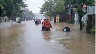 Giải cứu hàng chục giáo viên, học sinh kẹt ở trường học do mưa lớn