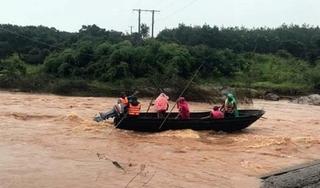Nữ hộ sinh bị nước lũ cuốn trôi trên đường về nhà