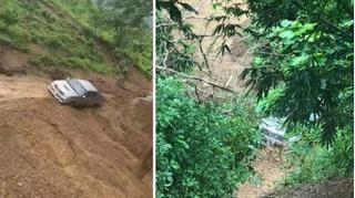 Tin tức tai nạn giao thông ngày 17/10: Sạt lở cuốn theo xe bán tải xuống vực