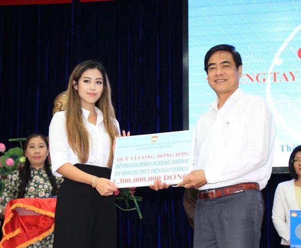 Tiên Nguyễn đại diện gia đình tỷ phú Johnathan Hạnh Nguyễn trao tiền hỗ trợ miền Trung và 13 gia đình cán bộ gặp nạn ở Rào Trăng 3