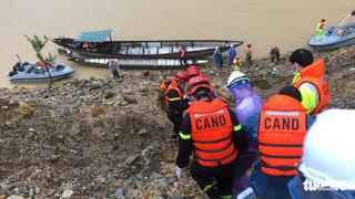 Vượt lũ trên dòng Rào Trăng để tiếp cận hiện trường sạt lở thủy điện