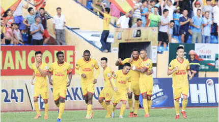 Vòng 3 GĐ 2 V.League: Nam Định 'tiễn' Quảng Nam xuống giải hạng Nhất?