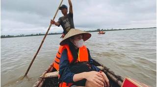 Thủy Tiên hủy chuyến bay về TP.HCM, ở lại hỗ trợ người dân Quảng Trị
