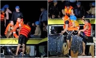 Trắng đêm giải cứu 20 người trên xe khách bị lũ cuốn ở Quảng Bình