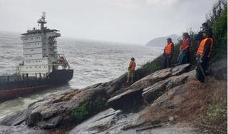 Tàu chở 300 tấn dầu gặp nạn gãy đôi ở Huế, nguy cơ tràn ra biển
